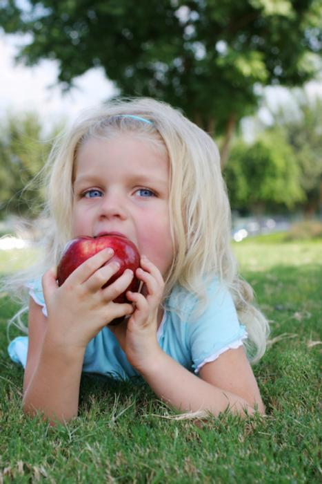 Pediatric Dentist in Santa Monica | Child Eating Apple
